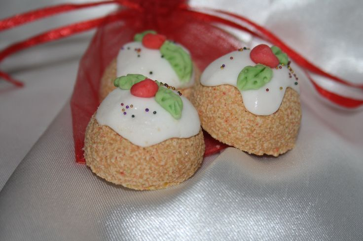 3 festive fizz Christmas pudding bath bomb favours..wrapped in an organza bag hand tied with festive linen ribbon..... See www.dabombbathbomb.com Or for more ideas on wedding favours visit our Facebook at da bomb bathbomb ....