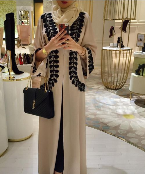 Beige and black abaya. Classic colours. Love the black lace. Very nice <3 #abaya #hijab