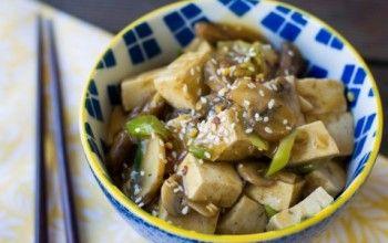 Tofu saltato con funghi e salsa all'aglio e zenzero