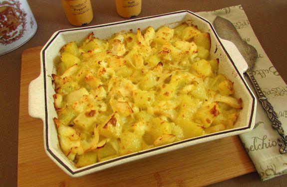 Uma receita deliciosa de bacalhau desfiado frito em azeite e cebola, envolvido em batatas cortadas aos cubos, temperado com pimenta, que vai ao forno...