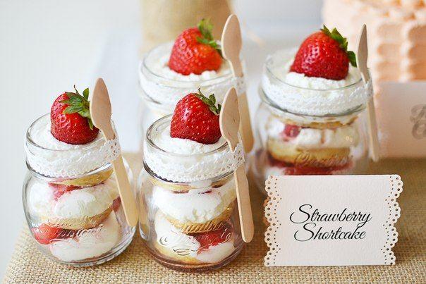 """Десерт в прозрачной баночке, стакане или бокале, красиво уложенный слоями называется """"Трайфл"""". Готовится очень просто: любой бисквит, взбитые сливки или крем, свежие ягоды укладываются слоями в прозрачную посуду, и все, можно наслаждаться"""