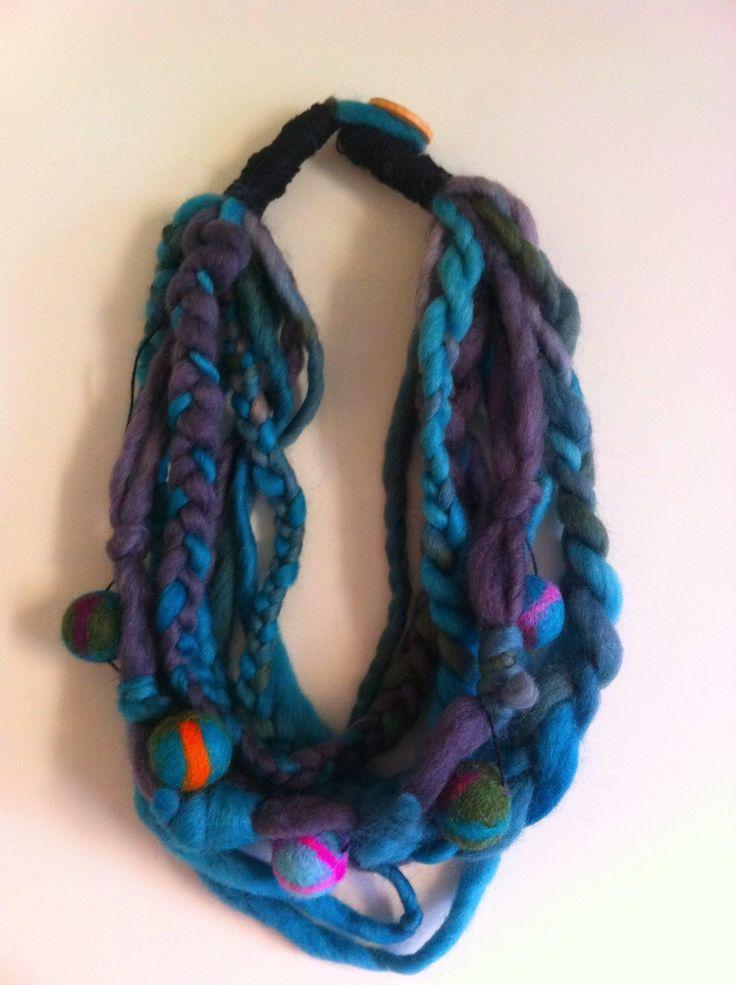 Collar de lana y fieltro turquesa.