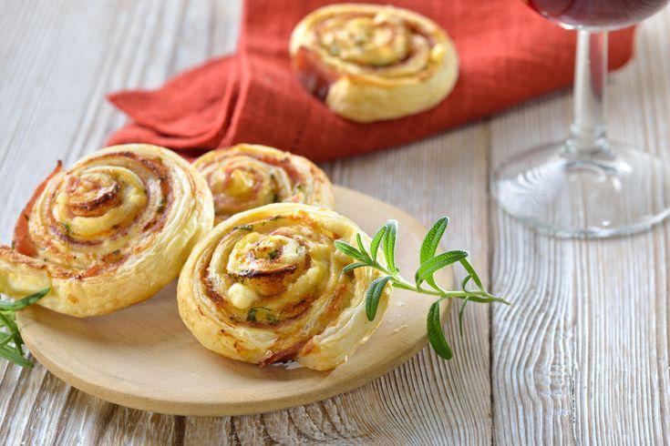 Préparation : Déroulez vos pâtes feuilletées. Dans un petit bol, mélangez le jaune d'œuf et le lait puis badigeonnez les pâtes avec ce mélange. Parsemez ensuite les pâtes avec le parmesan râpé. Hac…