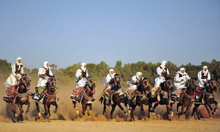 Hombres vestidos de acuerdo a costumbres rurales, montan sus caballos durante la celebración de Eid al-Fitr, que marca el fin del sagrado mes de Ramadan, en Benghazi, Libia. (Reuters)
