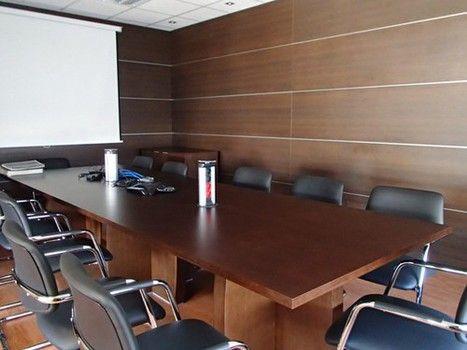 """Mesa de juntas incorporando columnas de electrificación sistema """"push"""" y sillería"""