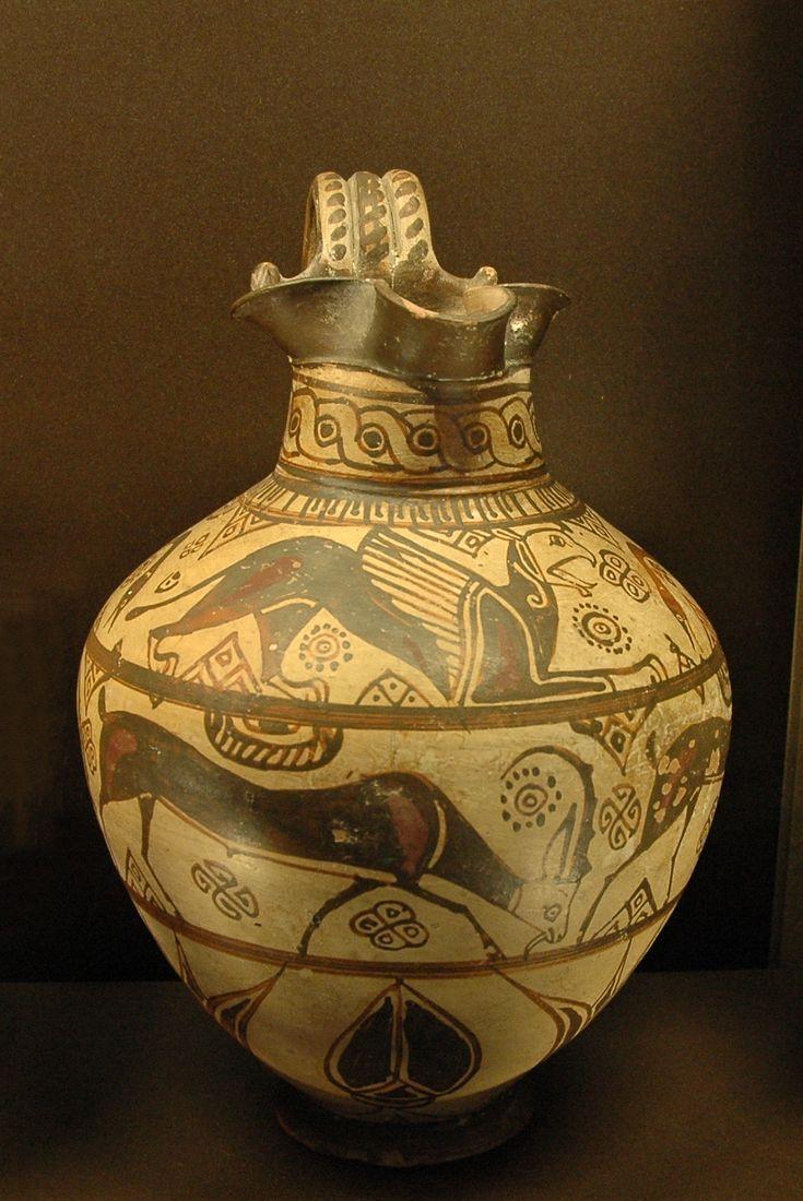 Oinochoe a labbro trilobato, 625‑600 a.C. Museo del Louvre, Parigi. Oinochoe: piccolo vaso con un manico alto, veniva usato per attingere vino o acqua nei vasi di maggiori dimensioni quali i crateri.