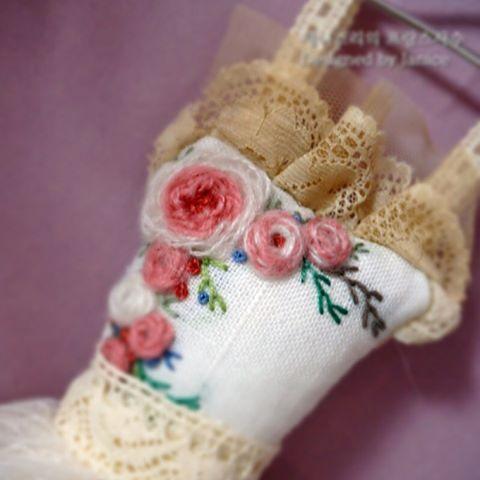 """좋아요 3개, 댓글 1개 - Instagram의 Janice's french embroidery(@janice_embroidery)님: """"물용 샤셰예요.  드라이 라벤더로만은 강한 향을 기대하기는 어려워서 라벤더 오일을 한두방을 떨어드려주면, 사셰로서 아주 역활을 톡톡히 해내네요~  #라벤더샤셰 #sachet…"""""""