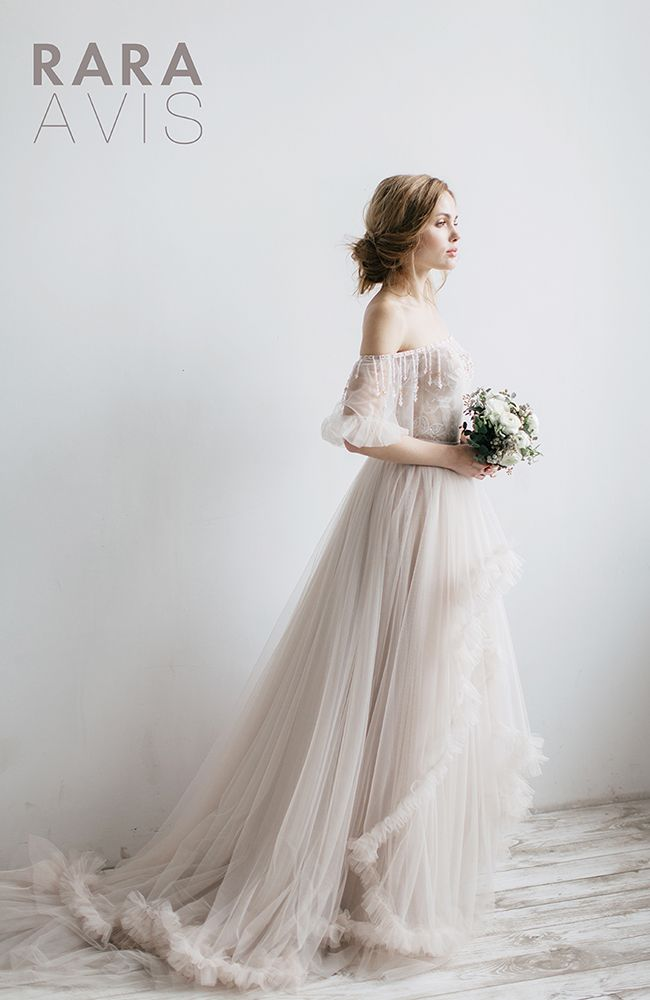 Rara Avis Wedding Bloom Collection provides the best and modern look of wedding dress to freed you from the tradition. Now let's break the rules!