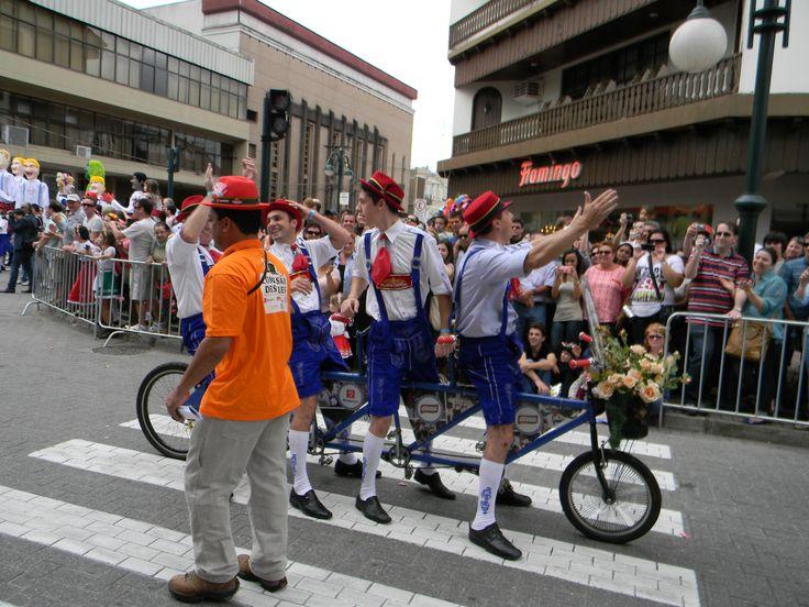 Em 1987, Nerino enfeitou a sua primeira bicicleta com 4 lugares, convidou três amigos trajados de alemão e entraram no desfile .Hoje são considerados pela opinião pública como parte integrante dos desfiles da Oktoberfest de Blumenau.