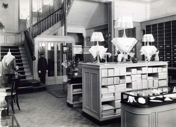 1914 Interieur van de firma Meyer, Koningsplein te Amsterdam. Tricotages voor dames en heren, met lift en liftboy.