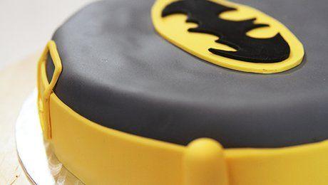 Pour l'anniversaire de votre enfant, habillez son gâteau avec son superhéros préféré ! cette vidéo illustre la recette d'un gâteau Batman. C'est facile à faire, il faut prévoir simplement des pâtes à sucre et des colorants alimentaires. Suivez ensuite ce tutoriel où Sarah Willer, cake designer (http://www.sweetheartbysarah.com/), vous montre la technique pour décorer un gâteau Batman. Ce gâteau personnalisé épatera les pupilles et les papilles des tout petits. Alors, pour le réaliser dans…