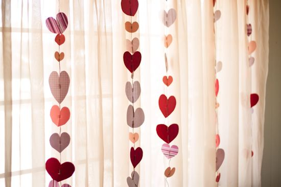 easy heart garland, for vday.: Valentines Crafts, Paper Garlands, Heart Garlands, Paper Heart, Crafts Projects, Crafts Activities, Valentines Decor, Valentines Day Crafts, Valentines Day Decor