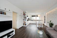 Celý byt se nese v přírodních tónech, prolíná se jím rovněž jednotná podlaha z lepeného vinylu