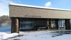 北海道札幌市中央区宮にある札幌ウィンタースポーツミュージアムは冬季オリンピックの展示やウインタースポーツの疑似体験などを展示しているミュージアムです 中でもオススメしたいのがFにある疑似体験ゾーン アイスホッケーのキーパーになってシュートをキャッチするアイスホッケーゴールキーパー体験トップレベルのスピードスケート選手に挑戦できるスピードスケートトレーニング 参加者同士で競走もできるクロスカントリースキーレースなどがあります Fにはオリンピックの展示物が飾られています オリンピックの競技はめったに体験できないので親子で競争して遊ぶと楽しいですよ  tags[北海道]