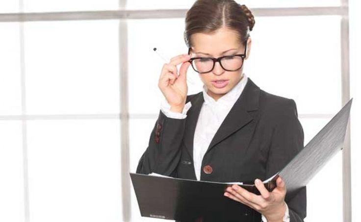 Cum sa te imbraci la birou daca ai peste 50 de ani? Daca ai peste 50 de ani, locul de munca se transforma se transforma intr-o adevarata arena a competitivitatii cu colegii tai ceva mai tineri. De aici se naste si