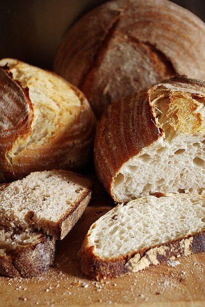 Представляете, хлеб, который я пеку чаще всего – это не мой любимый пшеничный цельнозерновой, а белая французская булка! А все потому, что ее любит моя мама, она «подсадила» на этот хлеб своих подружек и соседок, и теперь они при возможности просят и для них испечь. В общем, попались, теперь они во власти этого хлеба и это, я вам скажу, настоящая зависимость, поэтому я отношусь к нему, не как к хлебу, а как к лакомству, которое иногда можно, но не каждый день и п...