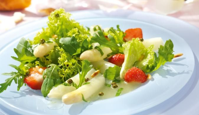 MAGGI Rezeptidee fuer Spargelsalat mit Erdbeeren und grünem Pfeffer