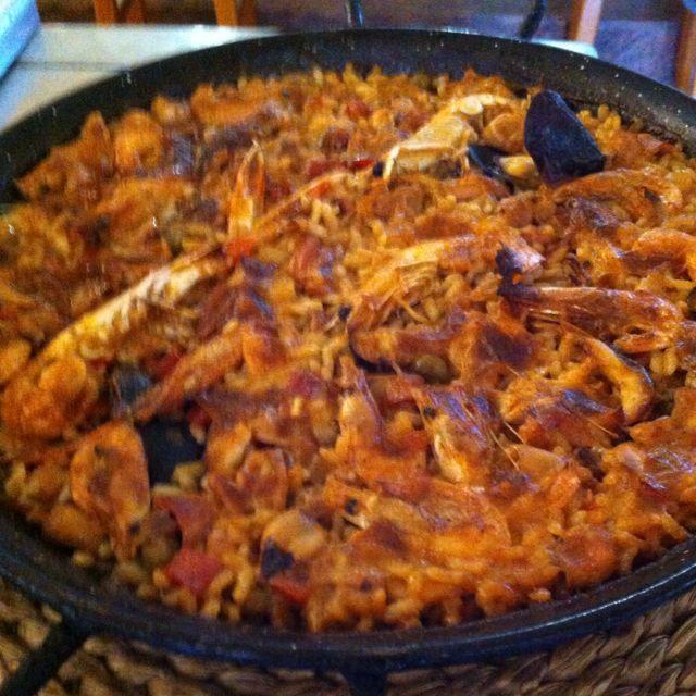 """Paella en Tarragona.  con arroz cultivado a 20 metros del restaurante, variedad """"marisma"""" y pescado y marisco de la zona, no se puede comer más """"kilómetro cero"""" por Ismael Vallvé Hernàndez, CEO en Onfan  http://www.onfan.com/es/especialidades/amposta/la-tancada/paella-2?utm_source=pinterest&utm_medium=web&utm_campaign=referal"""