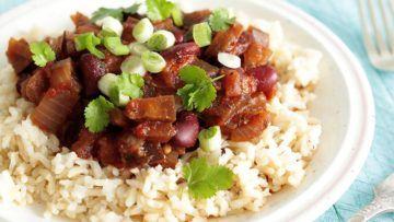 A super easy stew that is made with aubergine, kidney beans, onions and spices. You can enjoy this delicious stew with brown rice or quinoa for a perfect combo! #vegan #recipes #veganfood #veggies #aubergine #beans #stew #dinner