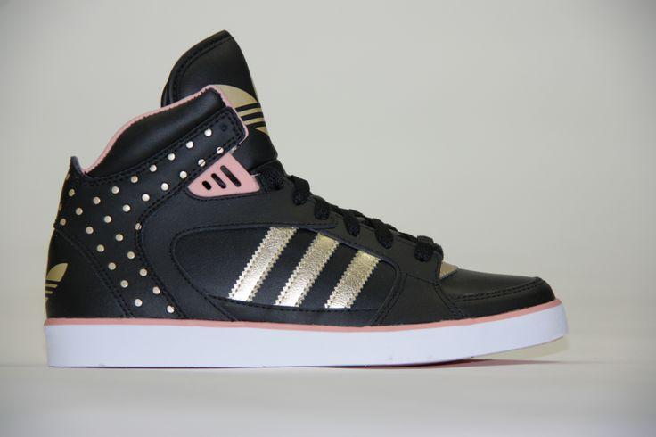 Adidas... hoge blitse schoenen met gouden strepen en studslook. Het oudroze maakt deze schoen compleet af! #Adidas #Zomer2014 #SchoenenCaramel