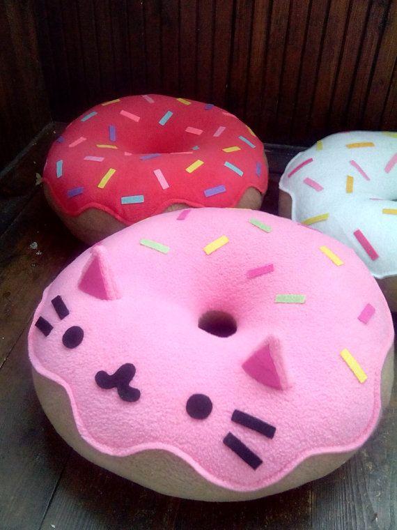 Liebenswert weiche Katze Donut Kissen! So süß und lieblich dekorative Akzente in Ihrem Sofa, Bett, Stuhl oder Auto und fügt Charme zu jedem möglichem Raum.  100 % handgemacht!  KOSTENLOSER VERSAND!!!  Es ist gemütlich Fleece gemacht. Größe (ca.) 33 cm (13) Farbe: Beige TOPPING: SCHOKOLADE, ERDBEERE, ZITRONE, HELLBLAU Füllung: Plüsch Poly-Faser-Füllung  Mit Liebe gemacht!!!  +++++++++++++++++++++++++++++ Eigentlich alle Größen und Farben auf Anfrage (unterschiedliche Preise für jede Größe)…