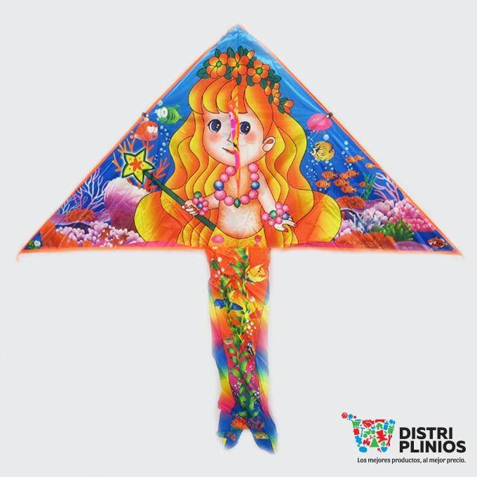 Cometa En Forma De Sirena Princesa Divertida cometa con el dibujo de una sirena, se vende mínimo 6 unidades, ideal para la temporada de agosto. Medidas Alto 65 cms Largo:130 cms cola 66 cms de largo Para ventas al por mayor comuníquese al 320 3083208 o al 3423674 en Bogotá