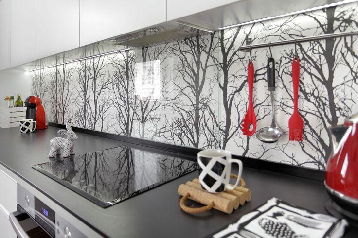 Ładna tapeta nad blatem w kuchni może ożywić aranżację kuchennego wnętrza. Warto na ścianę w kuchni wybierać tapety odporne na wilgoć i ścieranie. A gdy koniecznie chcemy mieć nad kuchennym blatem tapetę nieodorną na wodę i zmywanie - zasłońmy ją szkłem. Pomsyły na ładne tapety nad blatem w kuchni zanjdziesz w galerii ZDJĘĆ