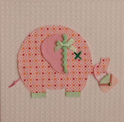 """Lief schilderijtje van MOEPA van een schattig """"shopping"""" olifantje met handtasje. Het olifantje is gemaakt van een stof met subtiel grafisch patroon in wit, poederroze en fuchsia en mintgroene details. De ondergrond van het schilderijtje is spierwitte wafelstof."""