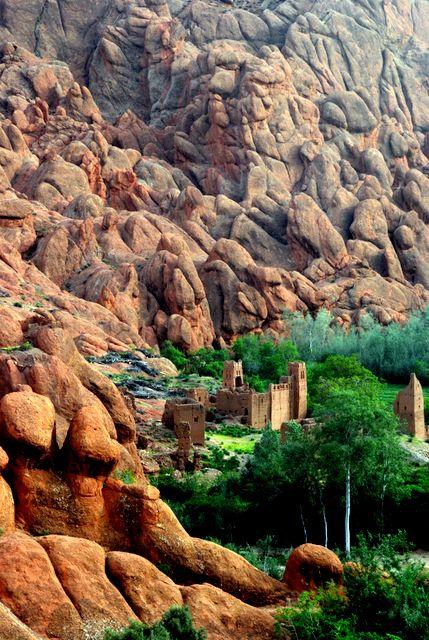 Ruinas y extrañas formaciones rocosas, Gargantas del Dades (Marruecos)