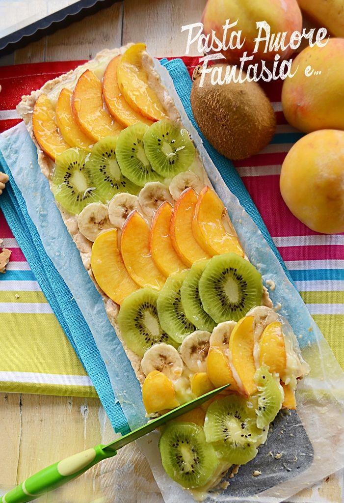 Crostata con finta frolla, crema e frutta, ricetta dolce