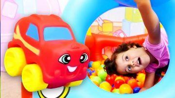 Видео для детей: Шарики с СЮРПРИЗОМ. Бассейн с шариками. Игры для детей http://video-kid.com/12037-video-dlja-detei-shariki-s-syurprizom-bassein-s-sharikami-igry-dlja-detei.html  Игры для детей в бассейне с шариками в новом развивающем видео для детей! Ты любишь сюрпризы и веселые игры? Тогда Скорее присоединяйся к нам! Давай купаться в бассейне с шариками, искать в них сюрпризы. А Аня приготовила для нас интересную игру... Давай узнаем какую! :) Смотри больше видео в плейлисте MiniMe - это…