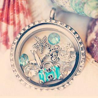 """Para aquelas que """"faça chuva ou faça sol, o mar é o meu lar""""! Personalize o seu medalhão também em www.banilla.com.br <3 #mar #praia #oceano #amo #azul #blue #queropreciso #medalhões #personalizáveis #colar #pulseira #charms #lifesecrets #banilla"""