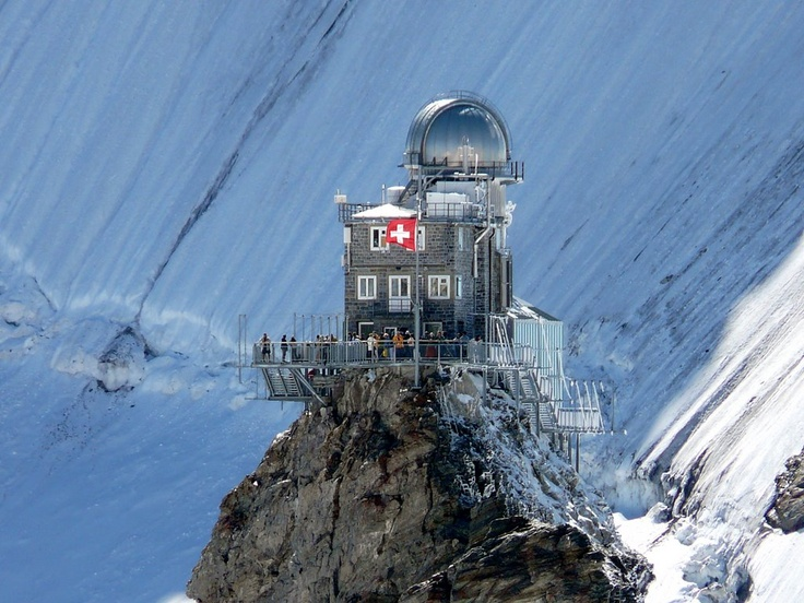 Careful! don't lean our too far! The Observatory on the Junfgraujoch. Repinned by www.gorara.com Sphinx mit Observatorium auf dem Jungfraujoch.