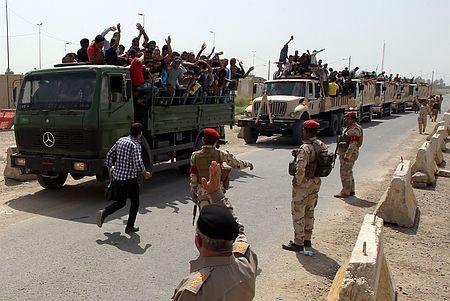 13日、イラクのバグダッドで、イスラム教スンニ派過激組織との戦闘に志願し、戦地へと出発する人々(AFP=時事) ▼13Jun2014時事通信|首都北方で治安部隊と交戦=過激派の南進続く-イラク http://www.jiji.com/jc/zc?k=201406/2014061300884 #Baghdad