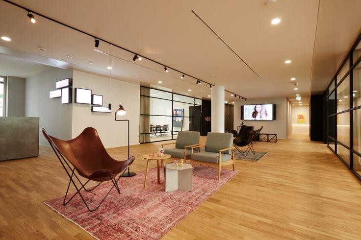 gem tliche lounge m blierung in der mittelzone des gro raumb ros office mccann office world. Black Bedroom Furniture Sets. Home Design Ideas
