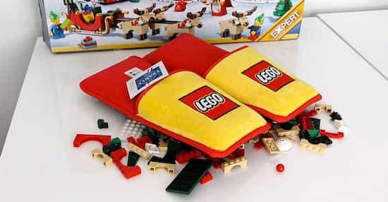 Lego a inventé les pantoufles ANTI-LEGO. Il aura quand même fallu attendre 66 ans ! Ces pantoufles disposent d'une tonne de rembourrage protecteur pour éviter que ça fasse mal. Regardez :-)  Découvrez l'astuce ici : http://www.comment-economiser.fr/lego-invente-pantoufles-anti-lego-contre-douleurs-pieds.html?utm_content=buffer59598&utm_medium=social&utm_source=pinterest.com&utm_campaign=buffer