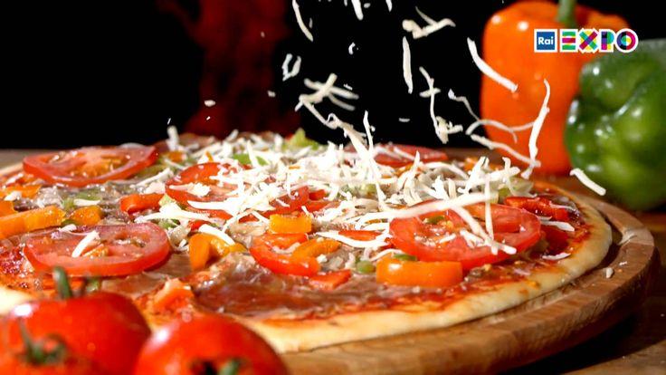 """披萨的起源-""""传说披萨是作为穷人的食物诞生的。1900 年时,在绝大部分地区的人们对披萨并不感兴趣。然而,在今天意大利每人每年都要吃掉 7.6 公斤的披萨。 #2015米兰世博##美食##意大利披萨#"""