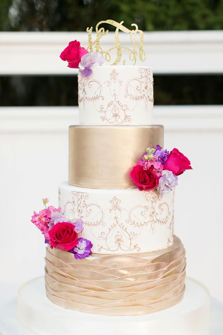 Seriously obsessed with this gold and white wedding cake!