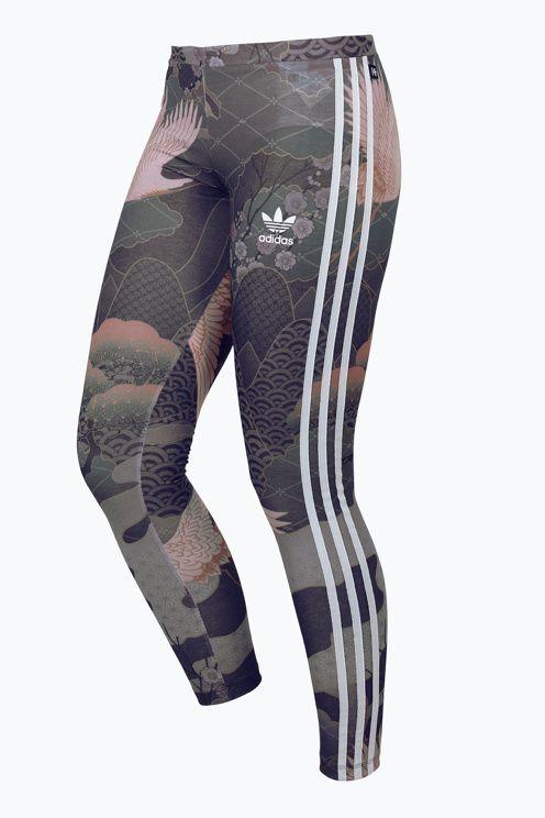 Leggings från adidas har fint mönster med blommor och fåglar. Påsydda, svarta adidas-ränder längs benen. Resår i midjan. I mjuk trikåkvalitet. Tightsen är mjuka och sköna och passar till träning och till vardags. Beninnerlängd ca 71 cm i stl 34/36.<br>Dessa leggings är en del av adidas samarbete med brittiska sångerskan och modeikonen Rita Ora som hämtar sin inspiration från mönster på traditionella japanska kimonos. <br><br>96% polyester, 4% elastan<br>Tvätt 30°