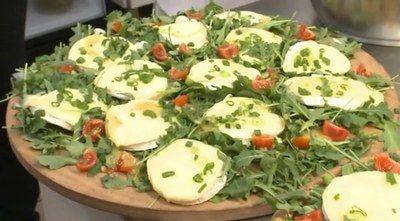 Sałatka z pieczonego camemberta, rukoli i pomidorków