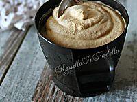 Crema al latte, ricetta base per farcire dolci. Versatile e delicata, ideale per farcire qualsiasi dolce, soprattutto le torte. Ma è facile sbizzarrirsi.