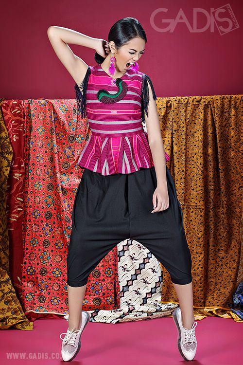 Tunjukkan daring style-mu dengan menggunakan fashion items dari kain dan motif asli Indonesia. Get ready to look fabulously ethnic!