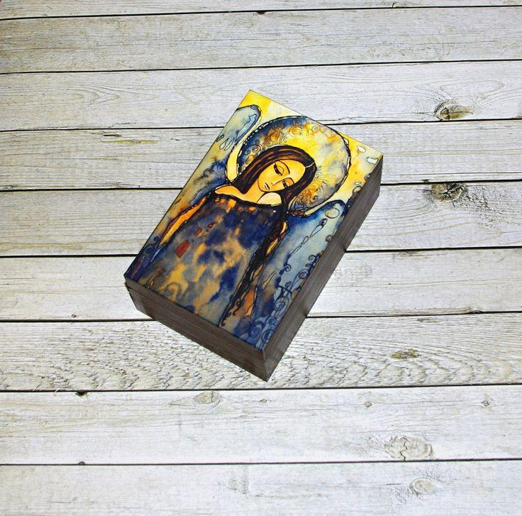 Krabička+s+andělem+Dřevěná+krabička+o+rozměrech+cca17,+3+x11,4+cm+a+výšce+6,9+cm.+Krabička+je+natřena+akrylovými+barvami+aozdobená+technikou+decoupage.+Následně+přetřena+lakem+s+atestem+na+hračky.