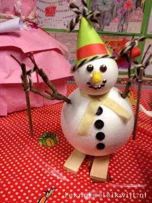 Houd je van winter? Houd van je skieen? Er is niks mis mee met mooie winter met heel veel sneeuw wanneer je mooie en grote sneeuw poppen kan maken.br > Tijdens de Surprise Kijkavond hebben we deze mooie surprise gezien een sneeuwpop en ook nog op skieen.br > De sneeuwpop is gemaakt van piepschuim ballen. Versier met takjes, oogjes (gebruik eventueel wiebeloogjes), knopjes etc.br > br > Met dank aan school OBS Zuidooster en de ouders en de kinderen die de surprise gemaakt hebben.