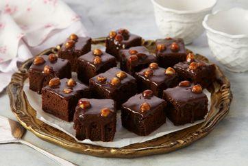 Utrolig lækker chokoladekage med glasur af hasselnødchokolade der både er dekorativ og smager godt.