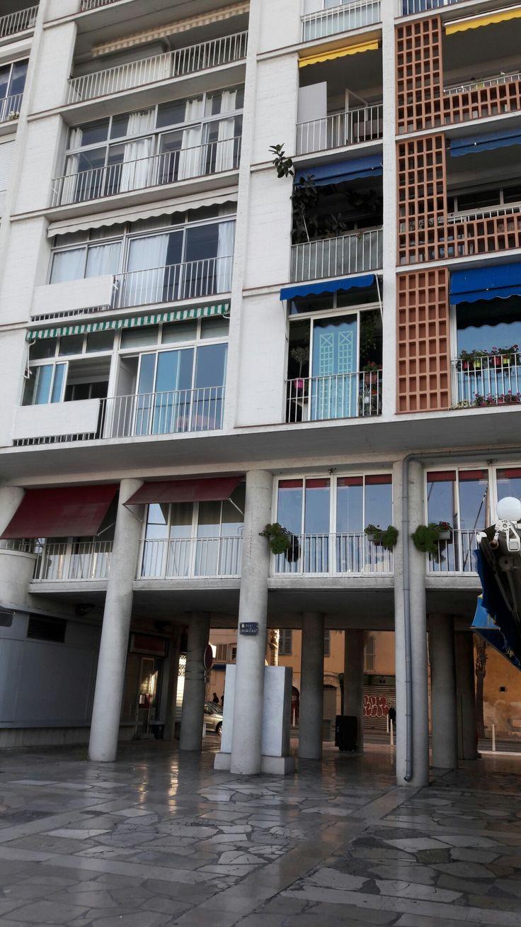 """Guichet de circulation entre les bâtiments de la """"frontale"""" du quai Cronstadt à Toulon"""