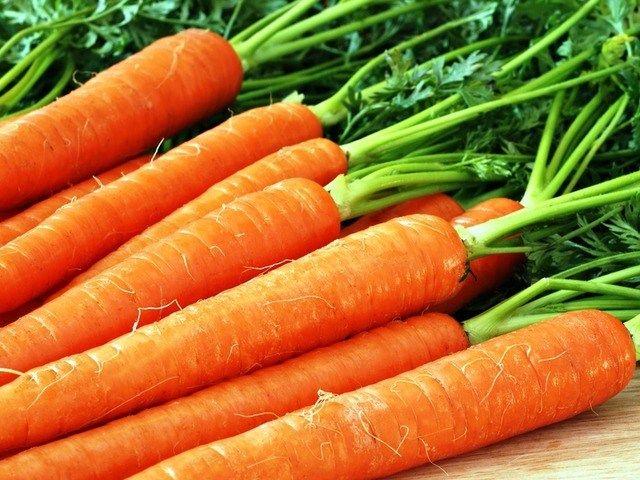 Как выбрать вкусную морковь http://feedproxy.google.com/~r/anymenu/hMaC/~3/pBtaMSs3kK0/  Морковь – овощ полезный и вкусный. Морковку добавляют в практически любые блюда – начиная от борщей и салатов, и заканчивая таким экстравагантным блюдом, как морковный шоколад! Морковь едят сырой, вареной, поджаренной, но, конечно, самая вкусная морковка – свеженькая, только что с грядки, ее можно есть, словно сладкий фрукт! А если своей грядки нет, тогда что
