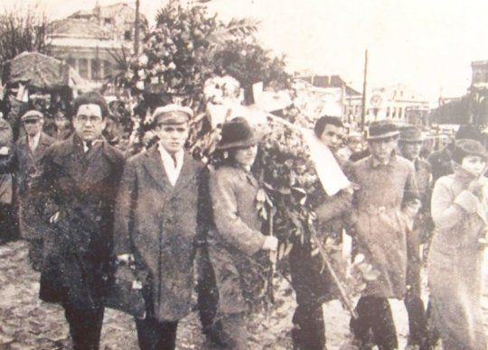 1936 – İstiklal Marşımızın şairi Mehmet Akif Ersoy'un cenazesi asker ve üniversitelilerin sırtında yol alıyor. #MehmetAkifErsoy