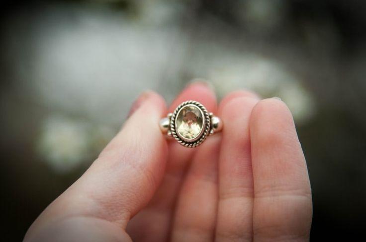 Metales alternativos para tu anillo de compromiso  ¡Mira más ideas aquí!  Bodas.com.mx  #engagementring #wedding #boda #bodascommx
