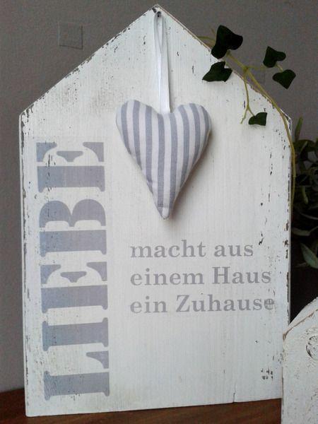 Weißes Holzhaus im Shabby-Style. Beschriftet mit dem Spruch: Liebe macht aus einem Haus ein Zuhause. Das Häuschen ist ein schönes Geschenk zur Hochzeit, zum Einzug, zum Geburtstag oder einfach...